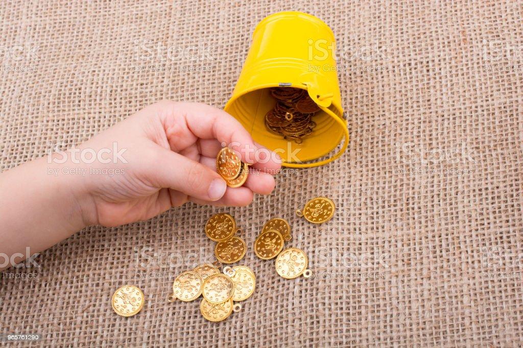 Emmer en veel nep gouden munten op canvas - Royalty-free Bank - Financieel gebouw Stockfoto