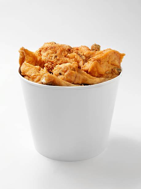 bucket of fried chicken - emmer stockfoto's en -beelden