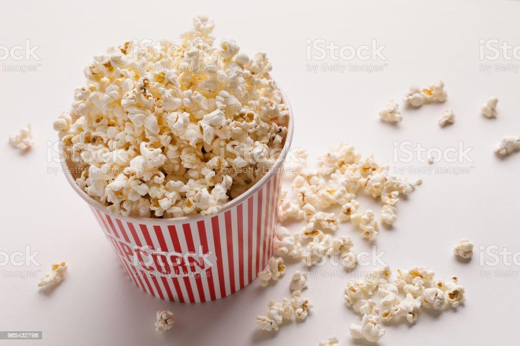 Eimer Popcorn auf weißem Hintergrund - Lizenzfrei Behälter Stock-Foto