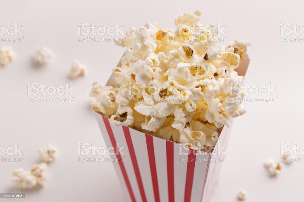 白色背景爆米花桶 - 免版稅不健康飲食圖庫照片