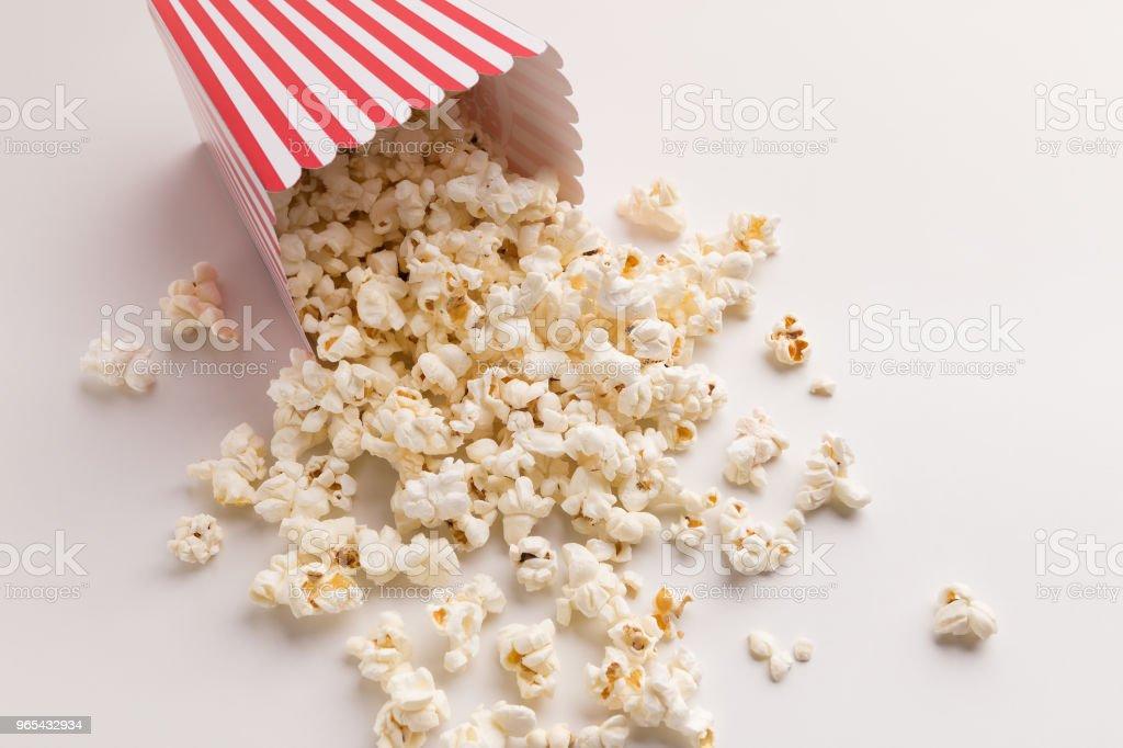 Seau de pop-corn sur fond blanc - Photo de Affiche libre de droits