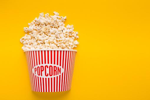 Photo libre de droit de Seau De Popcorn Sur Fond Jaune banque d'images et plus d'images libres de droit de {top keyword}