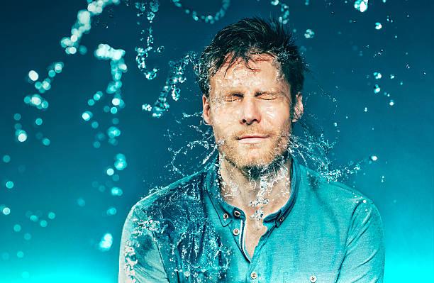 Seau d'eau arrive à un homme à la tête - Photo