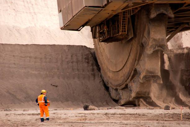 Schaufelradbagger bei der Arbeit im Steinbruch – Foto