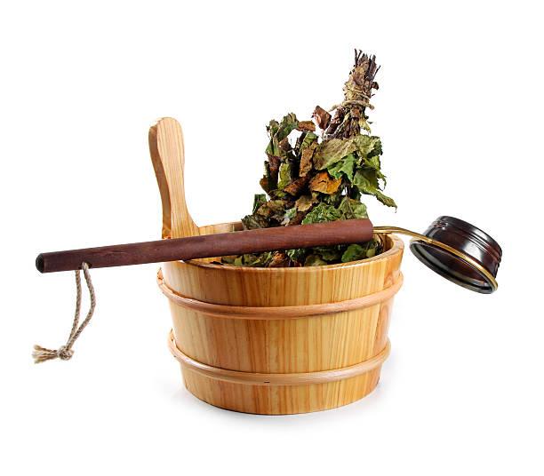 eimer mit birch besen und kelle-küchenutensil, isoliert auf weiss - saunazubehör stock-fotos und bilder