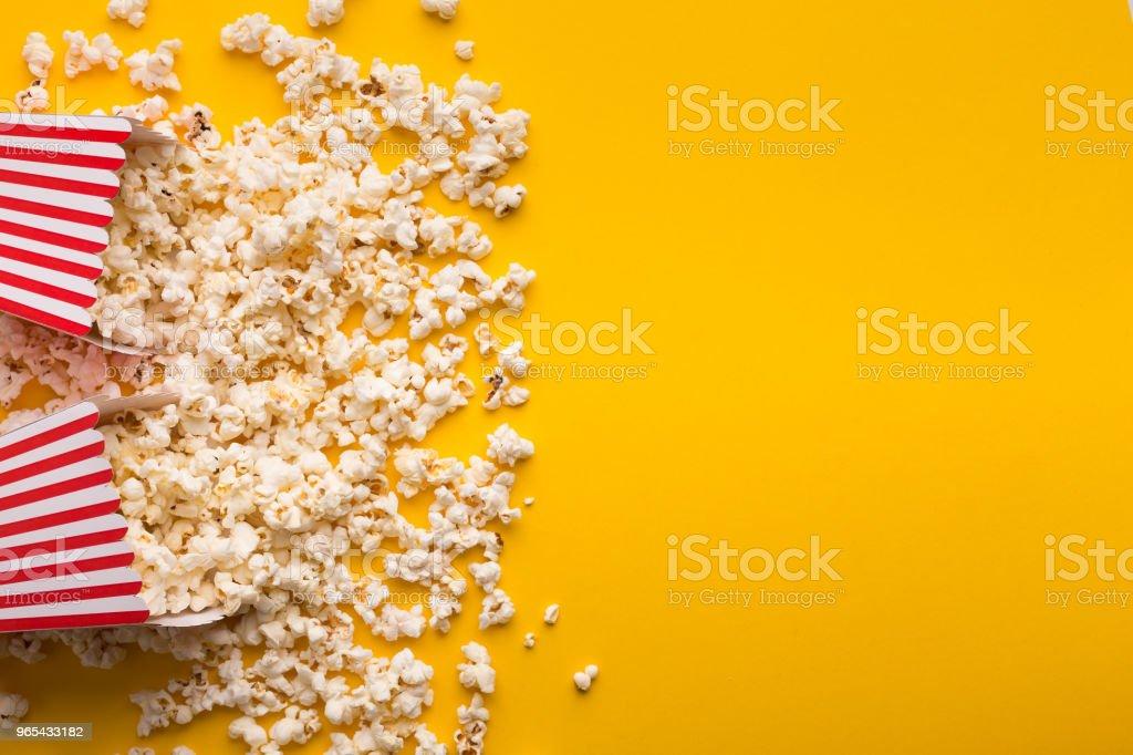 Eimer Popcorn auf gelbem Hintergrund, Ansicht von oben - Lizenzfrei Behälter Stock-Foto