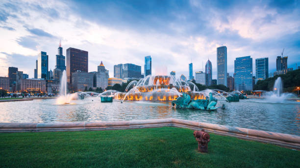 Buckingham fountain and Chicago downtown skyline Chicago Skyline Buckingham Fountain Panorama at Night wisconsin stock pictures, royalty-free photos & images