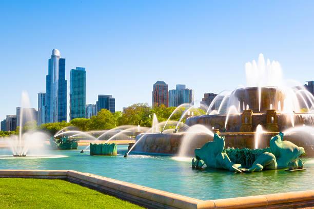 buckingham fountain and cityscape of chicago - çeşme i̇nsan yapımı yapı stok fotoğraflar ve resimler