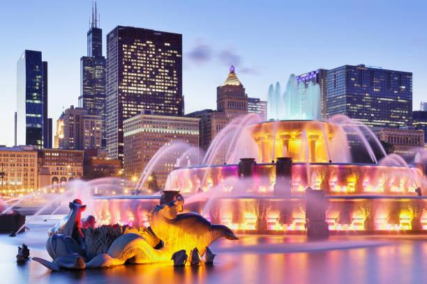 fuente buckingham + skyline por la noche - chicago - chicago illinois fotografías e imágenes de stock
