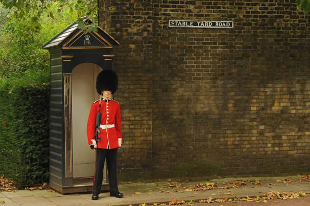 buckingham palace, central london, uk - fare la guardia foto e immagini stock