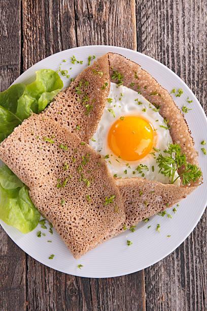 buchweizen-crèpe mit ei - buchweizenpfannkuchen stock-fotos und bilder