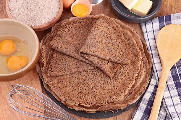 buchweizen-crèpe mit zutaten - buchweizenpfannkuchen stock-fotos und bilder