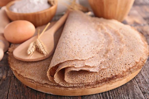 buchweizen crêpe mit zutaten - buchweizenpfannkuchen stock-fotos und bilder