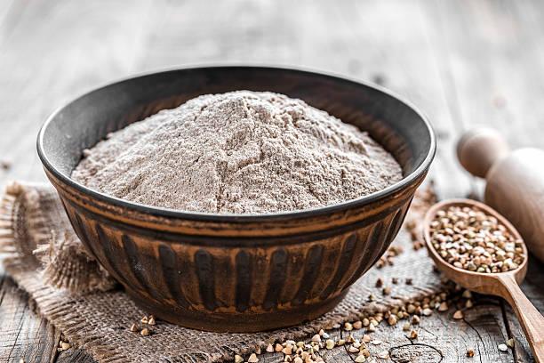 buckwheat flour - boekweit stockfoto's en -beelden