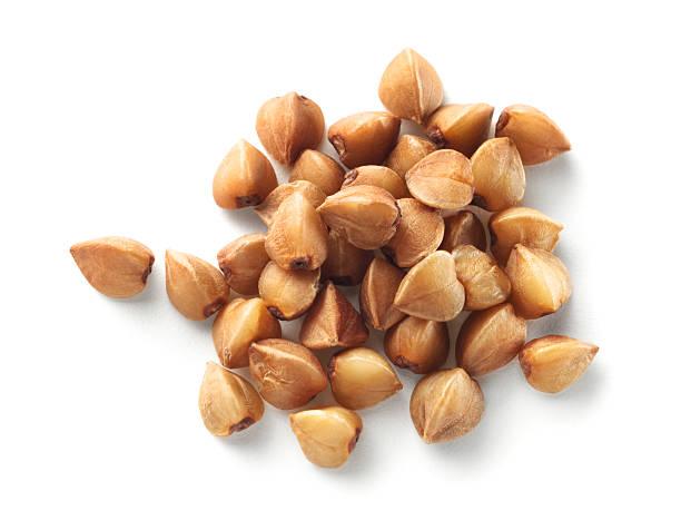 buckwheat grain isolated on white background. - boekweit stockfoto's en -beelden
