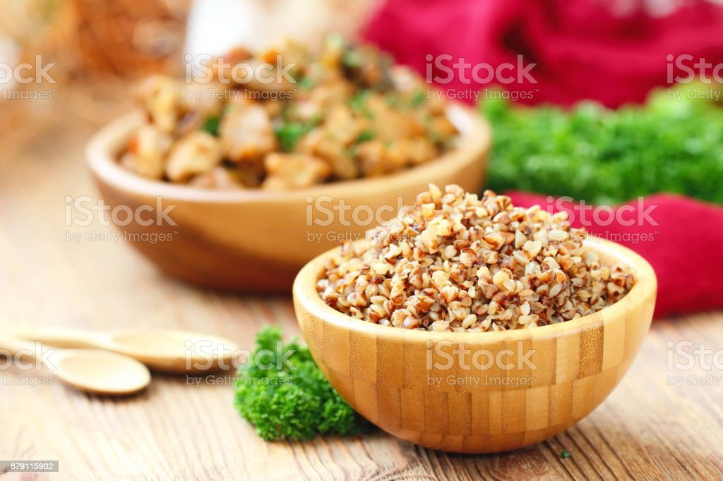 Buckwheat in a wooden bowl and fresh vegetables – zdjęcie