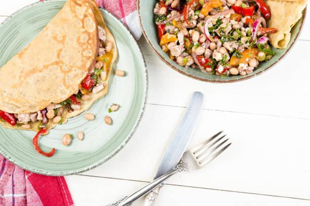 buchweizen pfannkuchen. mexikanisches quesadilla. - buchweizenpfannkuchen stock-fotos und bilder