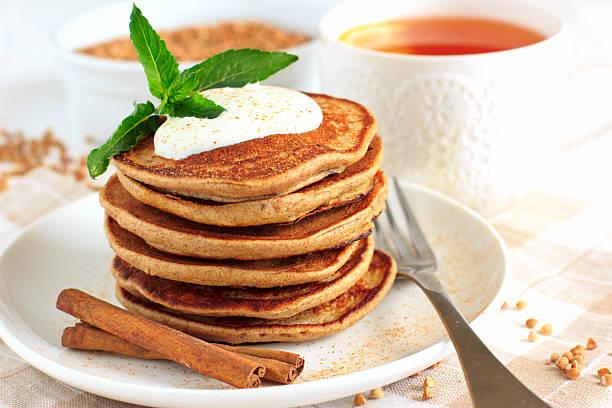 buchweizen pfannkuchen mit banane - buchweizenpfannkuchen stock-fotos und bilder