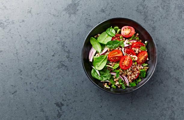salade de sarrasin aux tomates cerises et pousses d'épinards - saladier photos et images de collection