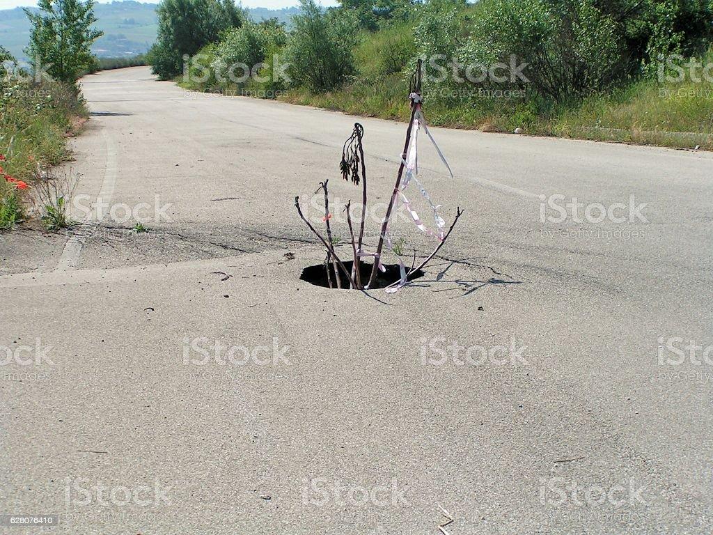 Buco nella strada stock photo