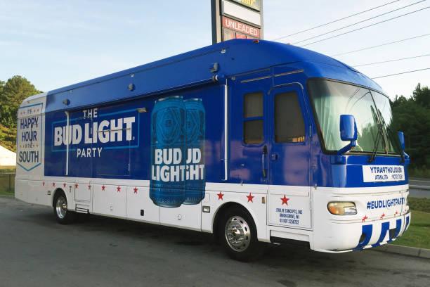 bud light party-bus - partylabels stock-fotos und bilder