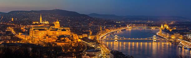 ブダペストの街にマーチャーシュ教会、鎖橋や国会議事堂 - マーチャーシュ教会 ストックフォトと画像