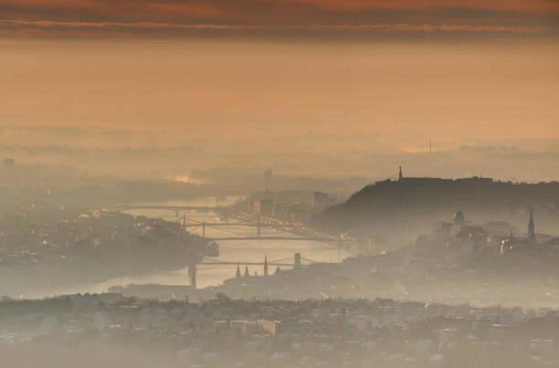 ブダペストのダウンタウンで輝く日の出冬の朝の霧します。 - マーチャーシュ教会 ストックフォトと画像