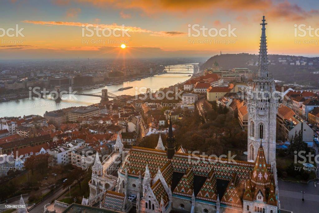 ブダペスト、ハンガリー-美しい空中の日の出とマティアス教会、漁師の要塞、セーチェーニチェーンブリッジ - ハンガリーのロイヤリティフリーストックフォト