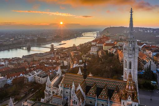 ブダペストハンガリー美しい空中の日の出とマティアス教会漁師の要塞セーチェーニチェーンブリッジ - ハンガリーのストックフォトや画像を多数ご用意