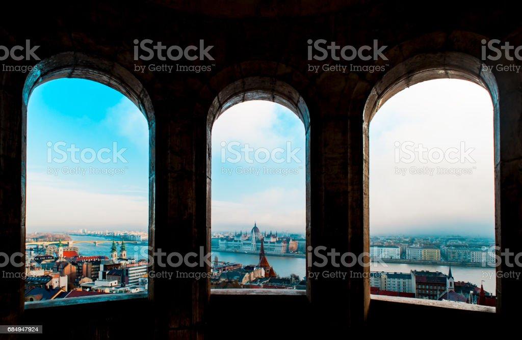 Blick von der Zitadelle mit Brücken und das Parlament Budapest Lizenzfreies stock-foto