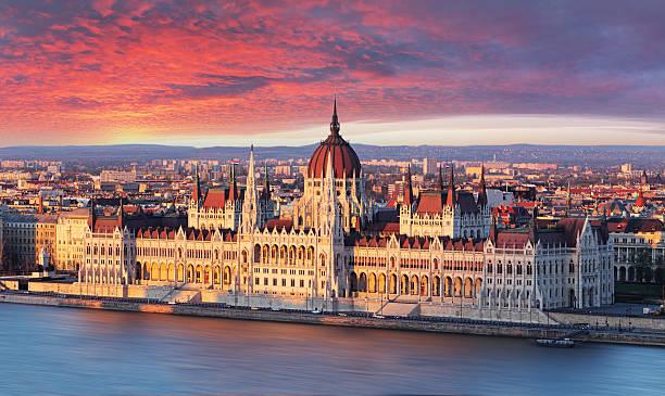 das parlament in budapest mit dramatischen sunrise - ungarn stock-fotos und bilder