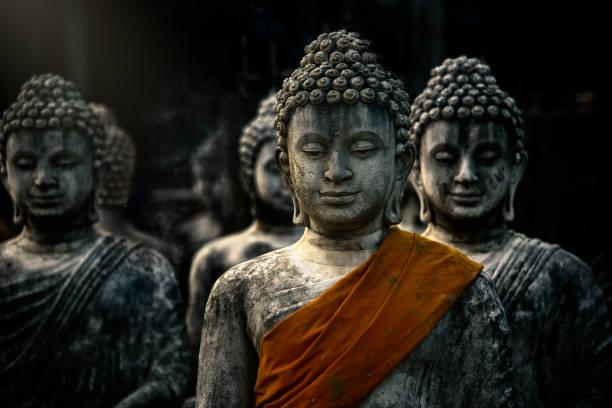 불교 사원에 고 대 stupas와 buddah 동상입니다. 사라 부리, 태국에서 - 부처 불교 뉴스 사진 이미지