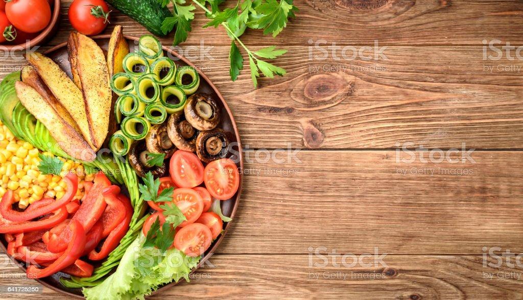 木製のテーブルにミックスベジタブルの仏鉢。 ストックフォト