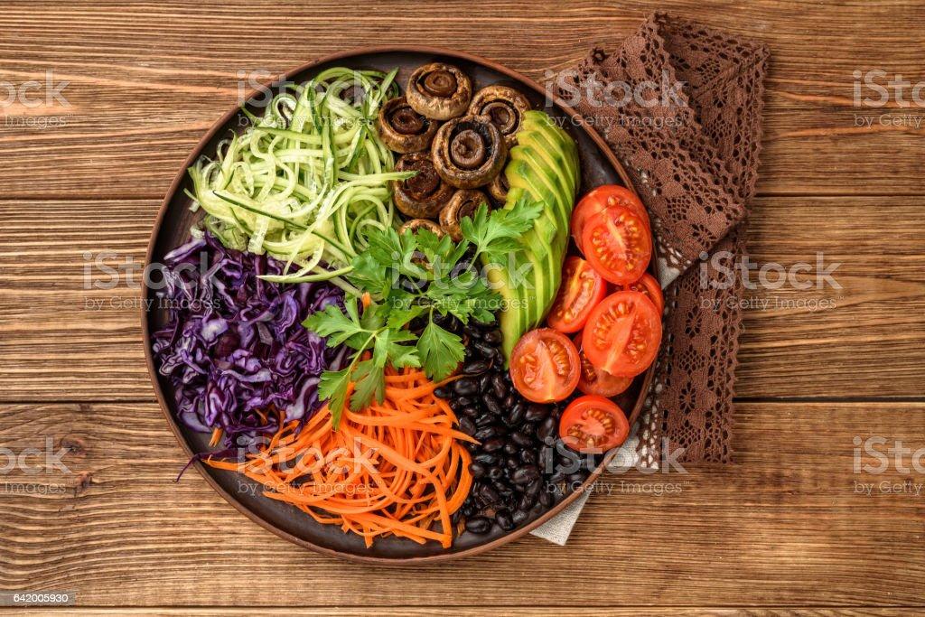 Bol de Bouddha de légumes mélangées sur la table en bois. - Photo