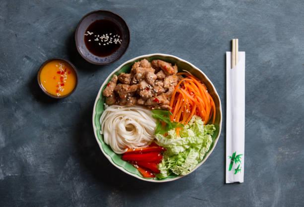 Bol de Bouddha de légumes mélangés avec des nouilles - Photo