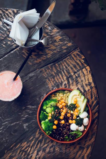salatschüssel vegetarisches buddha auf holztisch - quinoa superfood stock-fotos und bilder