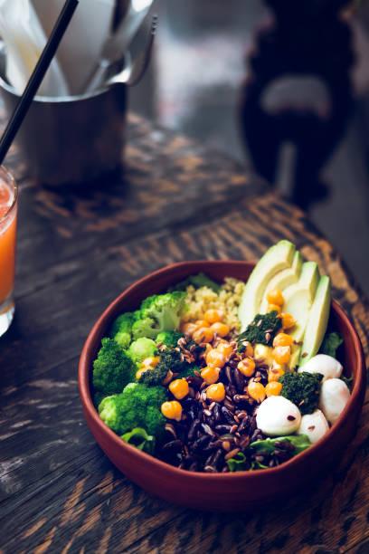 Salade de végétarien Bouddha bol sur la table en bois - Photo