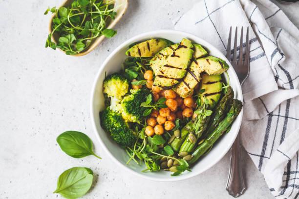 tazón de buda con aguacate asado, espárragos, garbanzos, brotes de guisantes y brócoli. - vegana fotografías e imágenes de stock