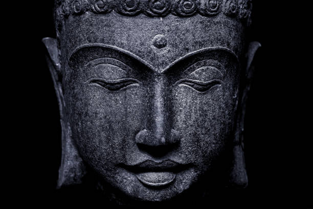 Buddha Gesicht auf schwarzem Hintergrund – Foto