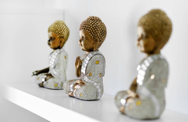 Buddha-Figuren im Regal – Foto