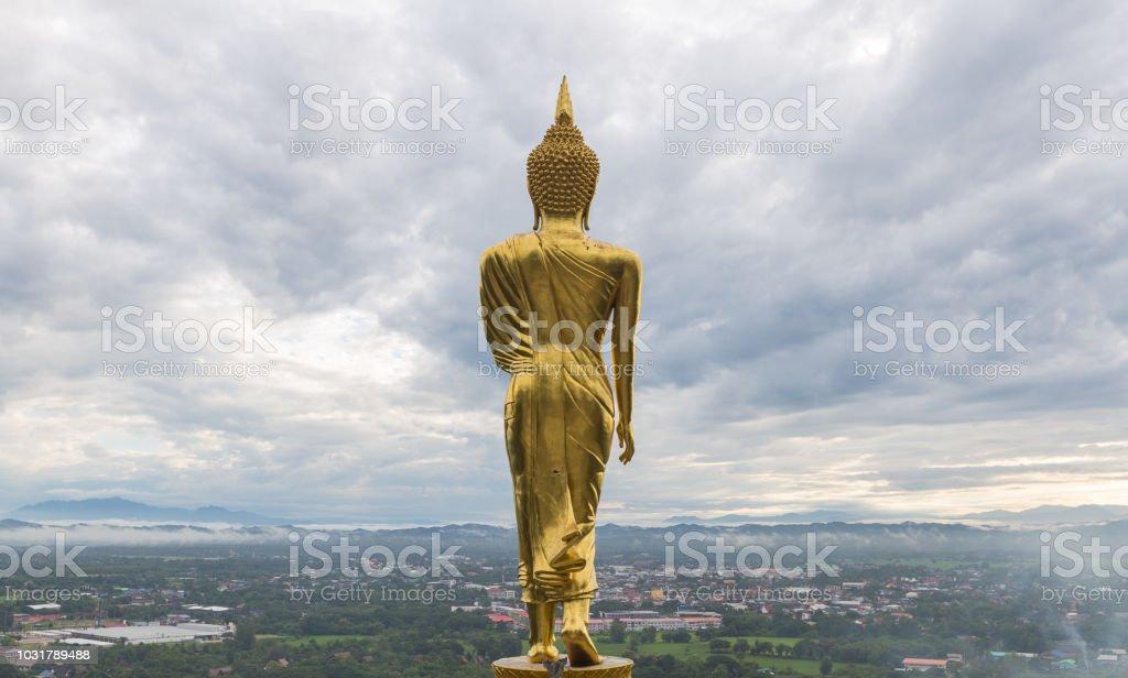 Buddha steht ganz oben auf die Stadt – Foto