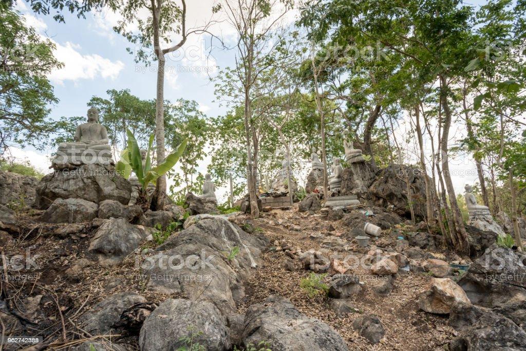 Buda em uma plataforma de pedra - Foto de stock de Antigo royalty-free