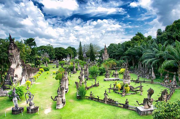 buddhapark in der laotischen hauptstadt vientiane. - laos stock-fotos und bilder