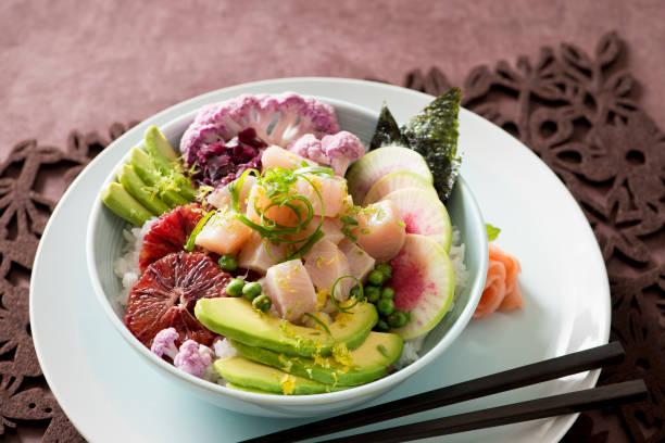 buddha poke schüssel mit rohem fisch und frisches gemüse - hawaiianischer salat stock-fotos und bilder