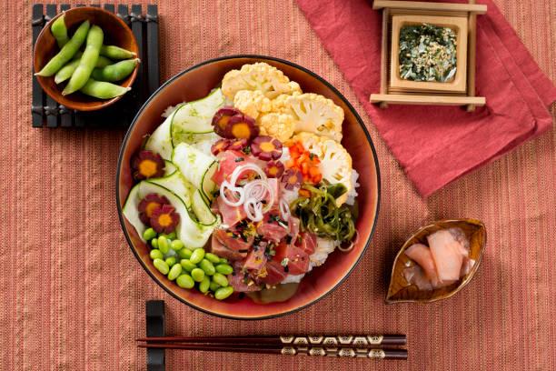 buddha poke schüssel mit thunfisch und frisches gemüse - hawaiianischer salat stock-fotos und bilder