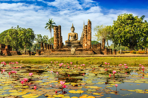 estátua do buda em wat mahathat em sukhothai - sukhothai - fotografias e filmes do acervo