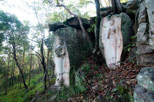 buddha statue geschnitzt auf klippe in thailand - moo stock-fotos und bilder