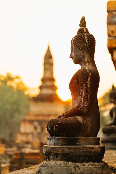 estátua do buda em sukhothai - sukhothai - fotografias e filmes do acervo