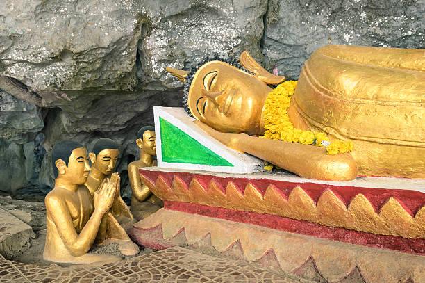 buddha-statue im elephant höhle nahe vang vienng laos - vang vieng stock-fotos und bilder