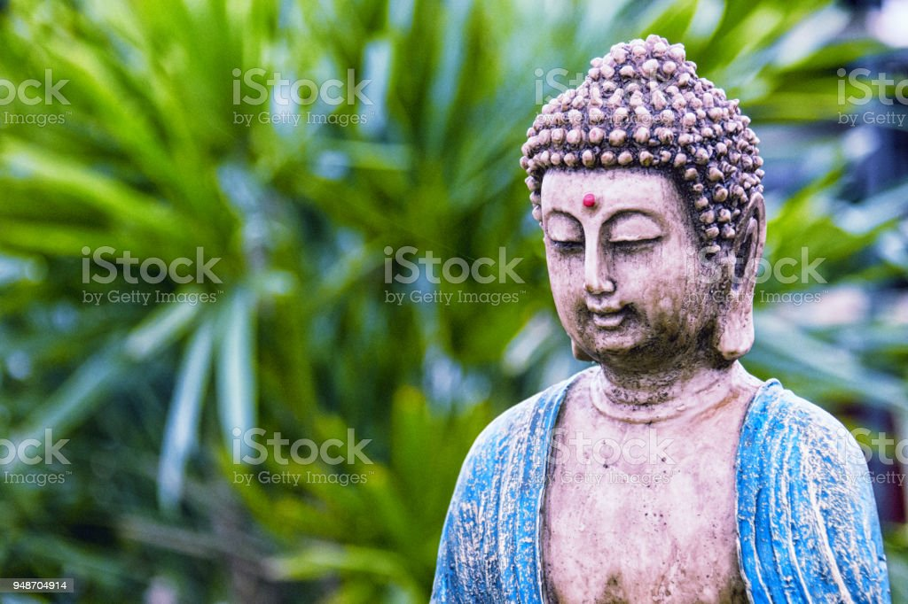Buddha-Statue im Garten. – Foto